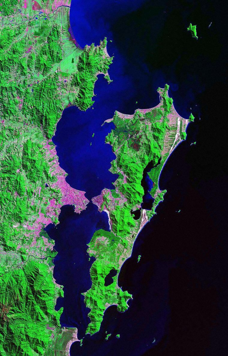 1200px-SantaCatarinaIsland_Landsat_2000